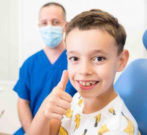 ילד במרפאה שיניים